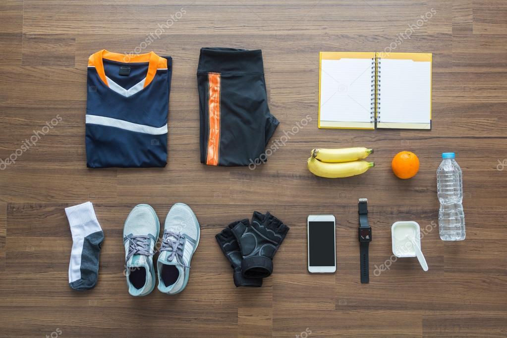 Ropa deportiva y accesorios sobre un fondo de madera — Foto de Stock 6200ffdbf8d0c