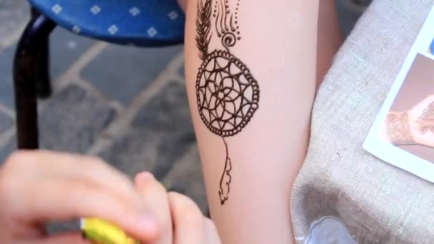 nő nem a henna tetoválás a lábát