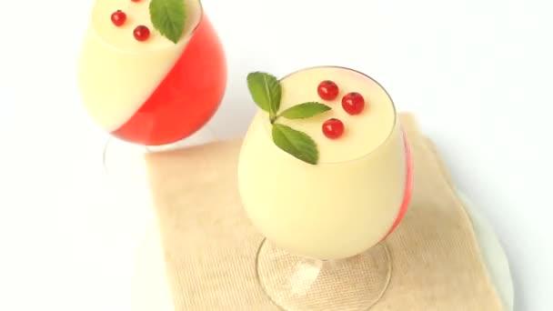 dezert želé s ovocem ve sklenici