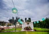 Fotografie Zeremonie im Freien. Dekoration Feier. Regen durch das Fenster