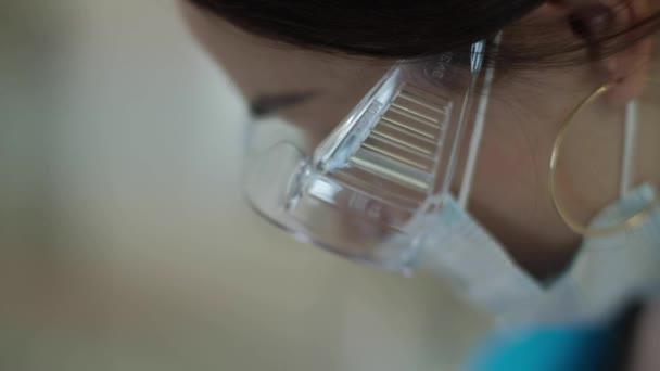 Medizinische Fußpflege mit Nagelfeilenbohrgerät. Patient auf Pediküre Behandlung beim Kinderarzt chiropodist. Fußpeeling-Behandlung im Wellnessbereich mit einem speziellen Gerät. Klinik für Podologie.