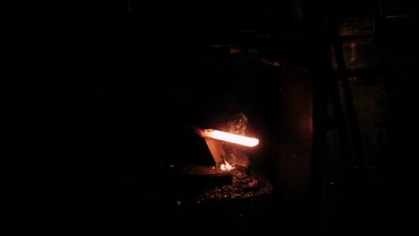 A kovács fémmel dolgozik. A kovácsmesterség, a kovács keze izzó forró fémen és szikrákon repül mindenfelé.