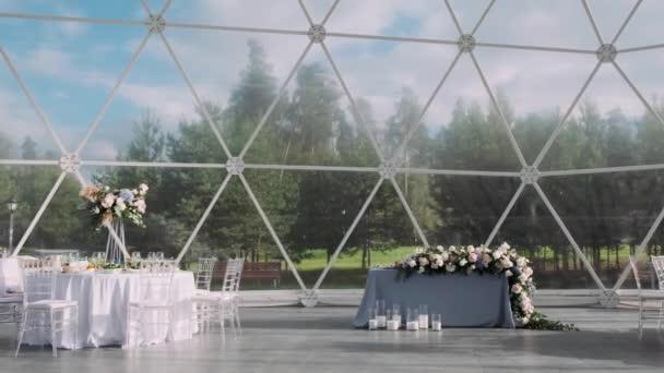 Bankett sátor asztalokkal és dekorációval nappal
