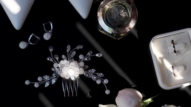 Esküvői nap dekorációk kis dolgok bilincs csokor virágok esernyő butaniere cipő