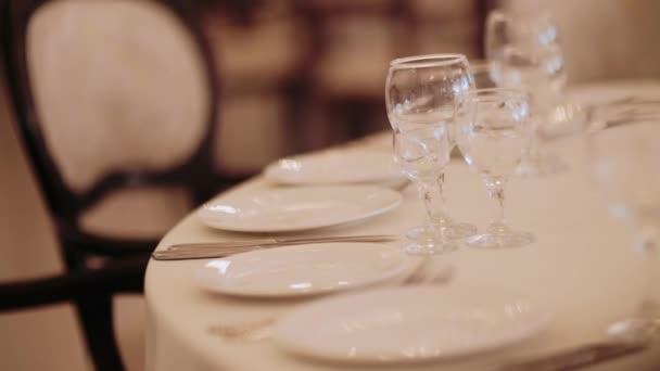 Hochzeitsbankett-Saal mit Tischen und Dekoration und Food.Beautiful Dekoration Speisesaal