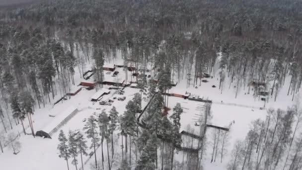 Touristenbasis inmitten des Waldes aus der Höhe im Winter Hirschfarm Vogelflug im Winter.