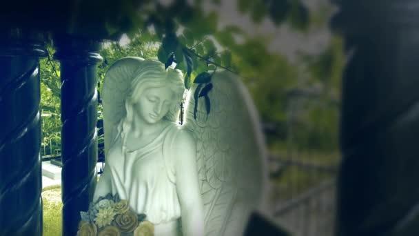 Postava modlícího se anděla. Velmi starobylá kamenná socha. . Smutný anděl jako symbol bolesti, strachu a konce života.