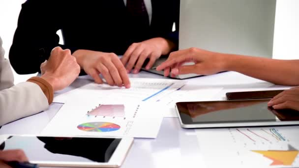 Asijské podnikatelé a podnikatelek analyzovat papírování diskuse práce společně shromáždit na briefingu stolu sdílet nápady v týmové práci diskutovat o projektu plán úspěch strategie v malé moderní noční kancelář.
