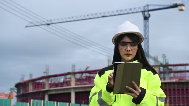 Asijský ženský inženýr pracující na místě velkého projektu