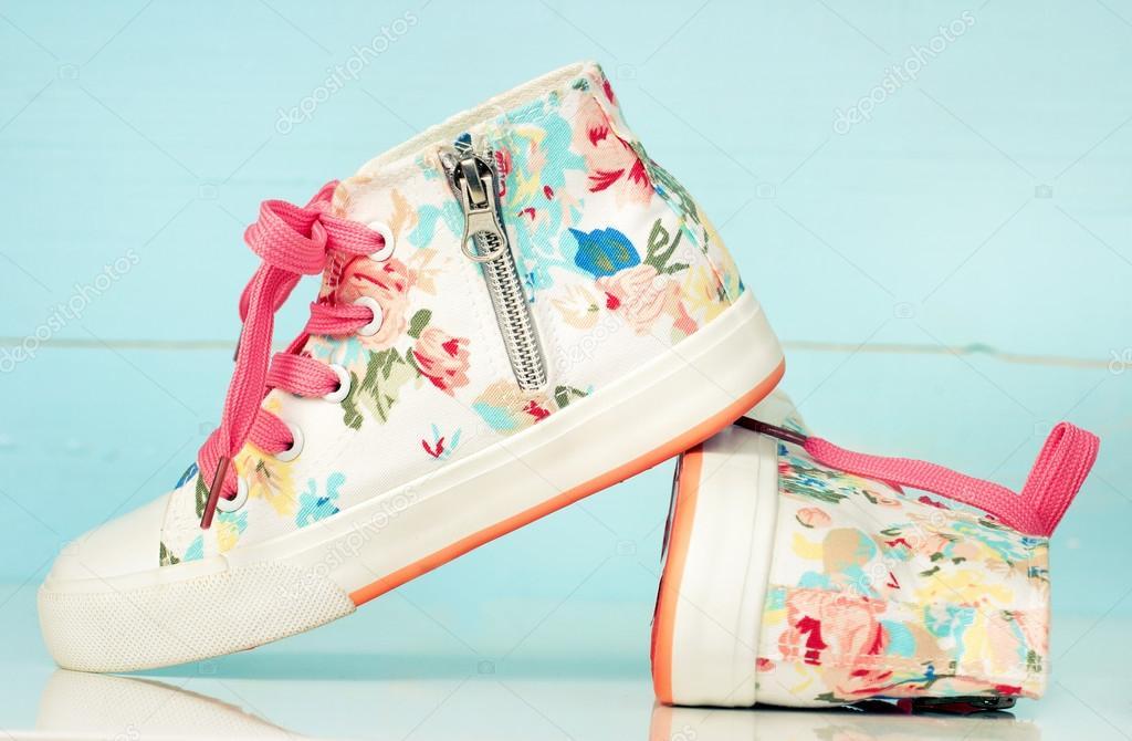 49f28eef2 Par zapatos retro vintage zapatillas de textil niña infantil — Foto de Stock