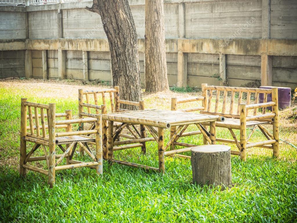 Tisch Aus Holz Bambus Im Garten Stockfoto C Aaa187 115334820