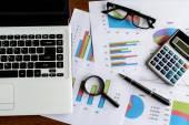 Notebook na stůl kancelářský a graf Analýza tabulky