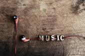 přenosné audio sluchátka na staré dřevo texturou