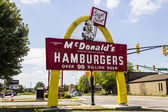 Muncie, in-circa srpen 2016: starší McDonaldova značka hamburger s Speedee. Toto znamení bylo instalováno v 1956 a obnoveno v 2013 VI