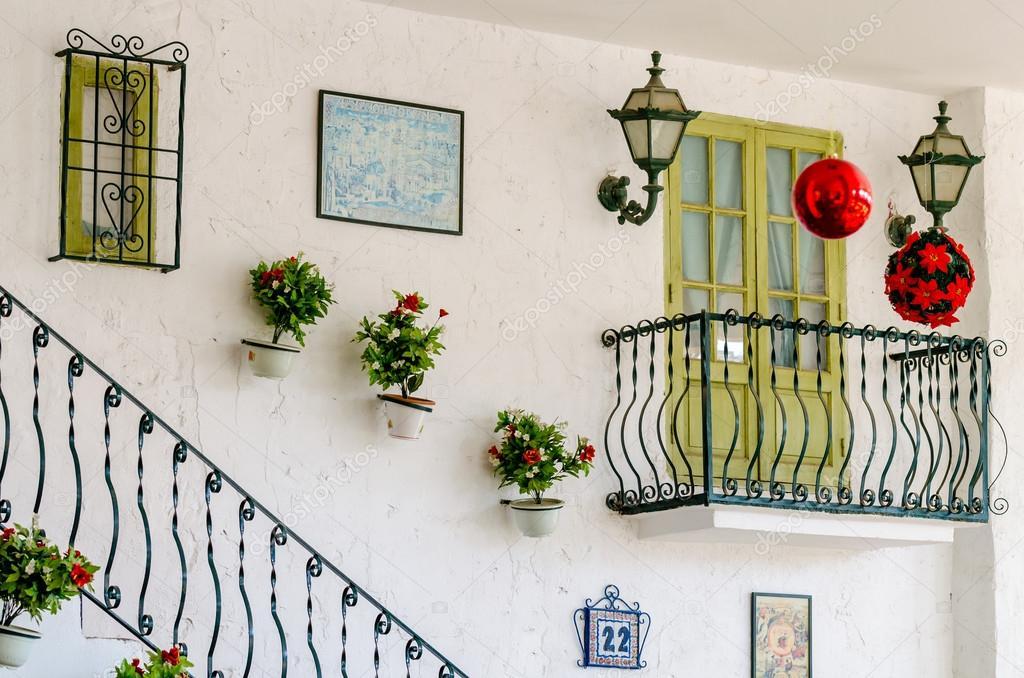 Muur van het huis met een balkon en een trap u stockfoto