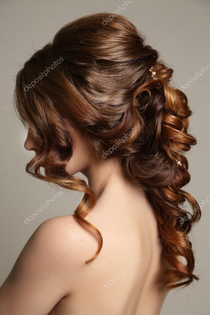 Wunderschone Frau Mit Dunklem Haar Und Elegante Frisur Stockfoto