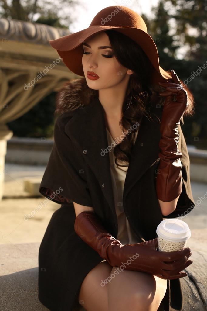 ec50db02fd Mujer bella dama elegante abrigo y sombrero tomando café — Foto de Stock