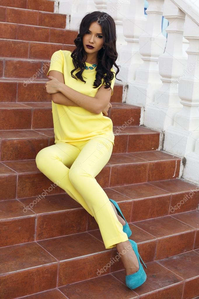Vestido amarillo con zapatos azul