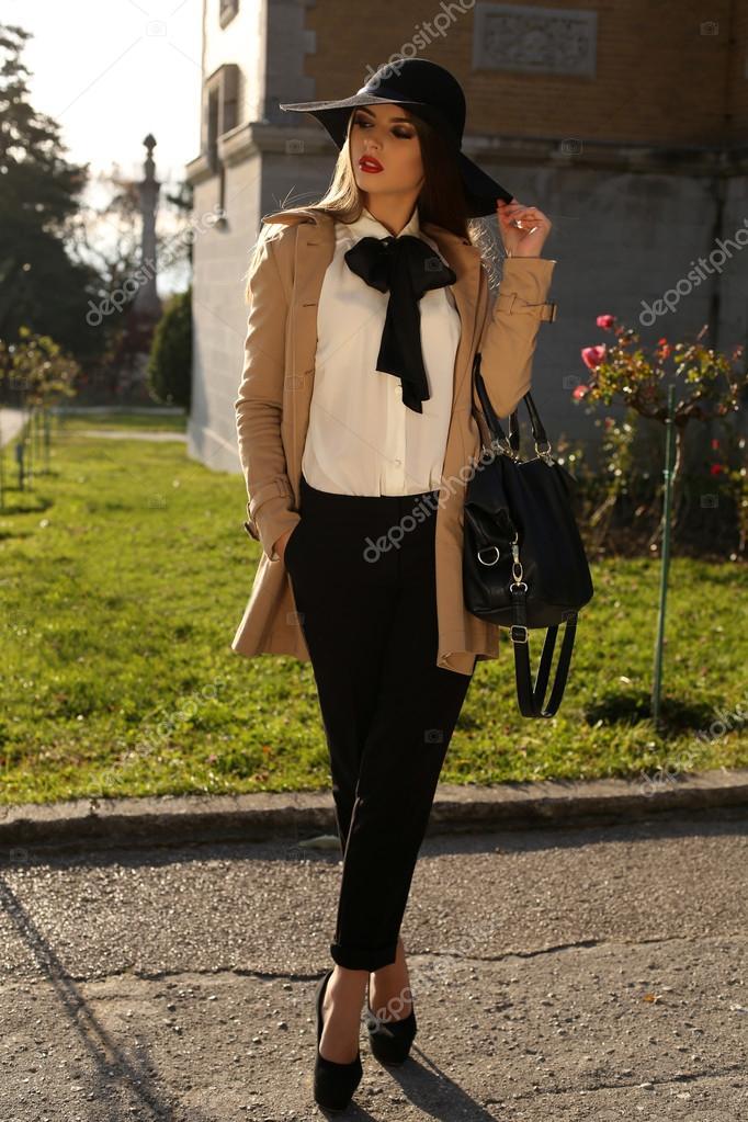 4698cd3eb338 Schöne damenhafte Frau elegante Mode Kleidung — Stockfoto © Slava_14 ...
