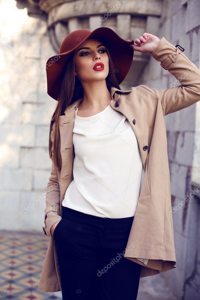 06ffc0ff55 Foto al aire libre de moda de mujer hermosa con pelo lacio oscuro y  brillante maquillaje