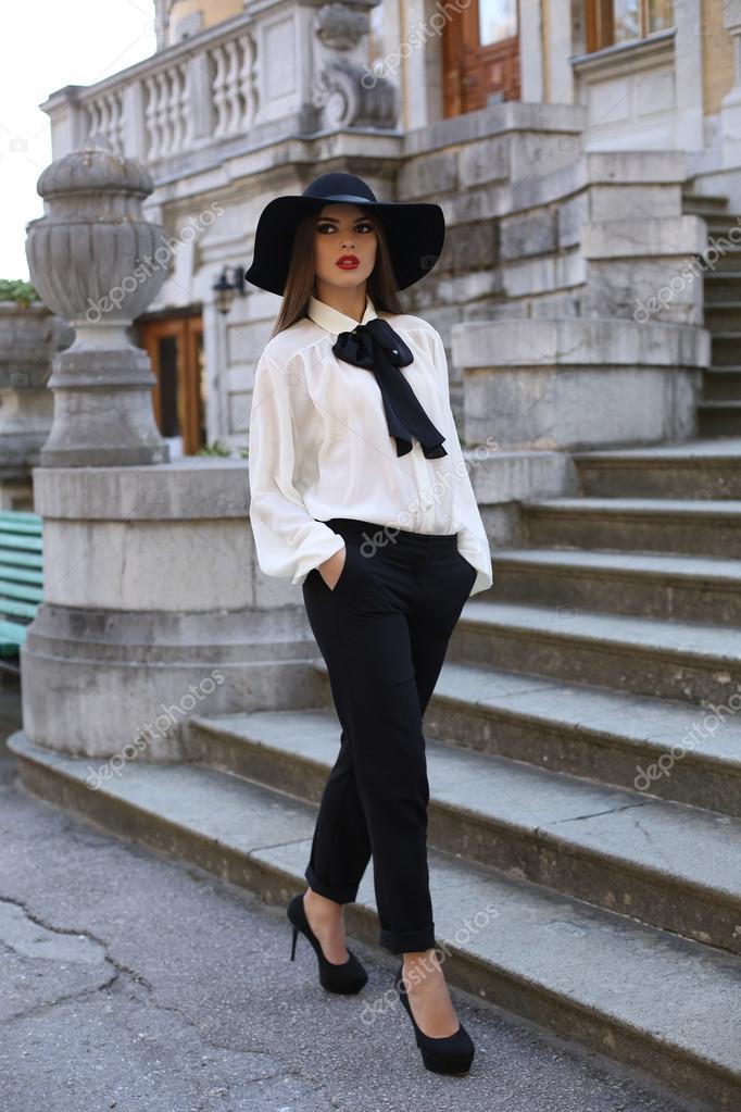 c3b483fff874 Hermosa mujer dama ropa elegante, posando en el Parque — Fotos de Stock