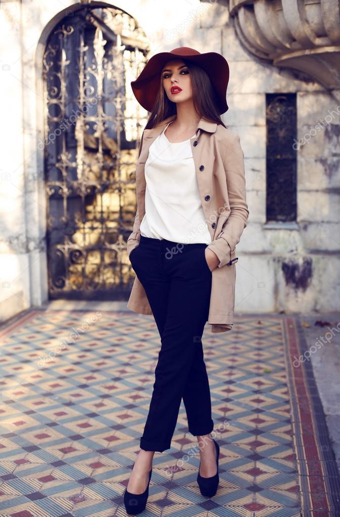 13736f52cc Foto al aire libre de moda de mujer elegante bella con cabello lacio oscuro  vestida con elegante abrigo y sombrero