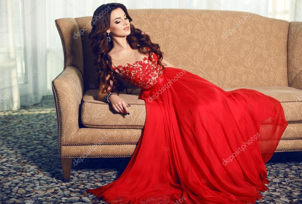 Красное платье роскошное