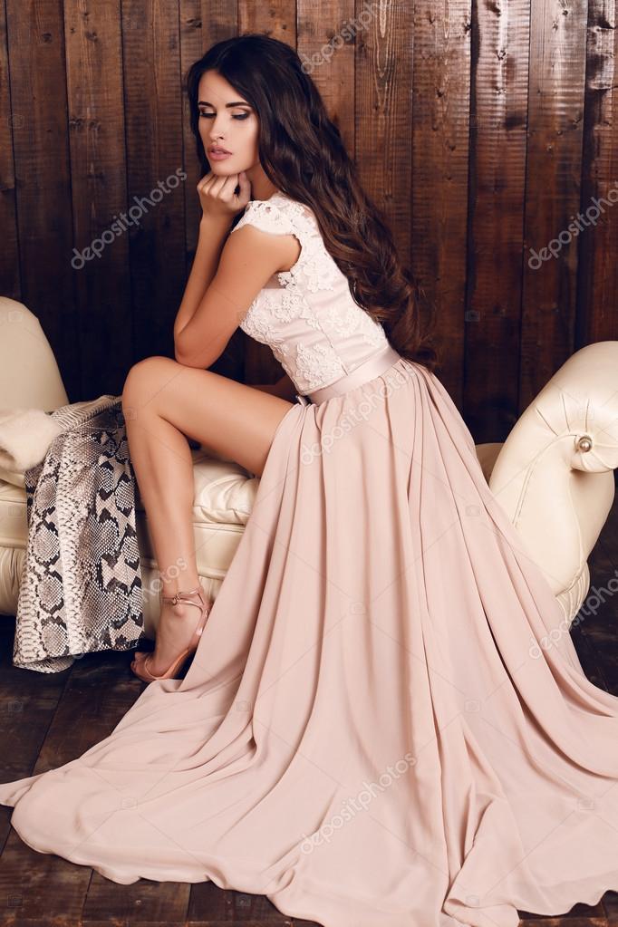 hermosa mujer con cabello largo oscuro vestido elegante — Foto de ...