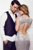 schönes sinnliches Paar in eleganter Kleidung posiert im Studio