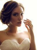 Krásné smyslné nevěsty s tmavými vlasy v luxusní krajky svatební šaty