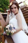 Fényképek gyönyörű érzéki menyasszony, Sötét haja, luxus esküvői ruha