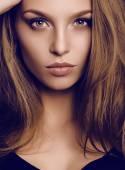 potrait a gyönyörű fiatal nő, sötét hajú, zöld szemű