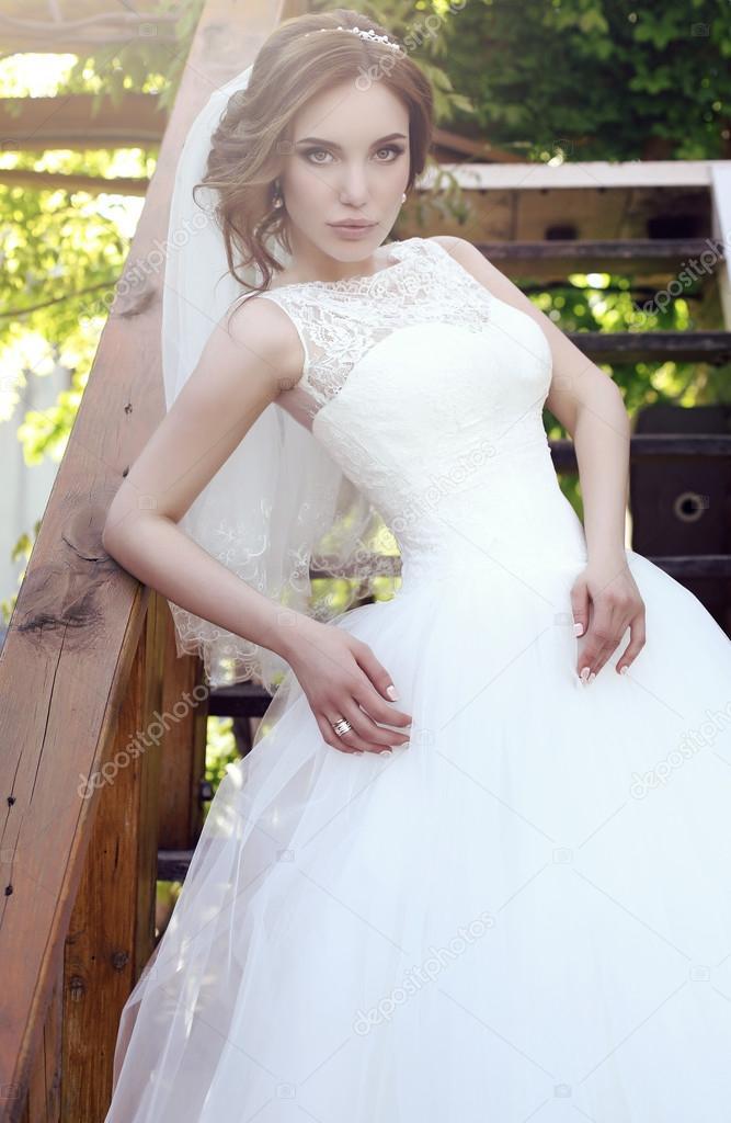 schöne sinnliche Braut mit dunklen Haaren in luxuriöse Spitze ...