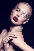 Fotografie sexy blonde Frau mit fantastischen Make-up mit Bijou-Zubehör