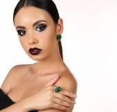 Fotografie schönes Mädchen mit dem dunklen Haar mit hellen extravaganten Make-up und Bijou