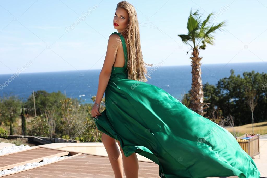 f8fda74f1e53 Mujer joven con pelo rubio en lujosa seda verde vestido — Fotos de ...