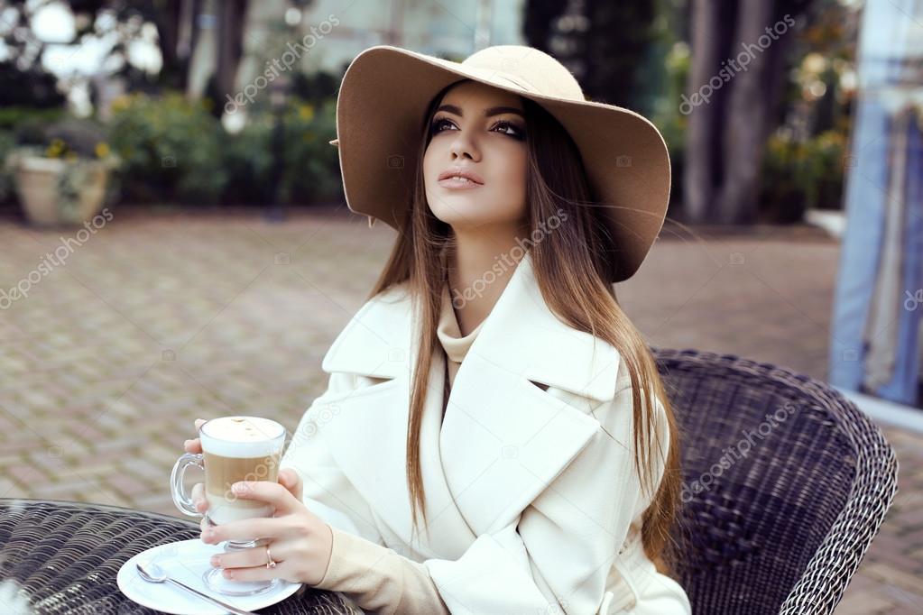 6ae1eb696b muchacha de glamour con el pelo lacio oscuro luce lujoso abrigo ...