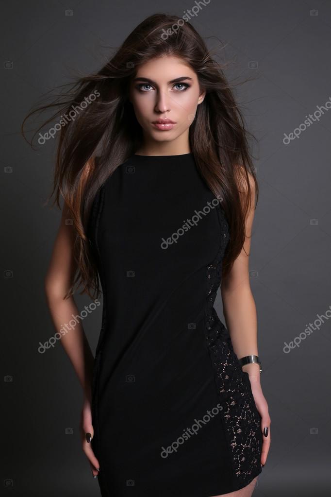 Прямые волосы и платье