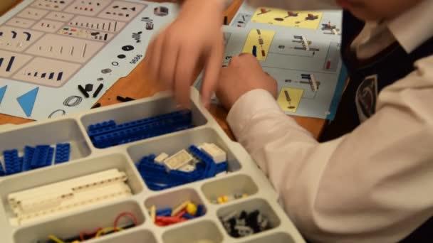 Dítě s Lego kit v robotice třídy ve škole