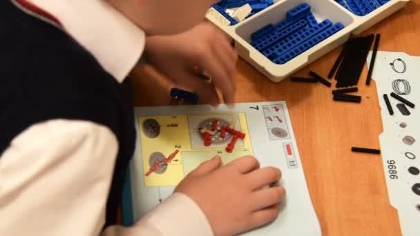 Žák, takže robota na robotiku lekce ve škole