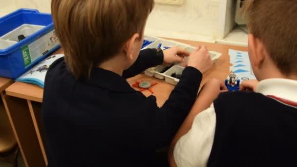 Dva žáci na lekci robotiky ve škole