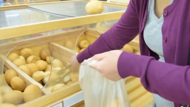 Nő zsemle üzembe csomag a boltban