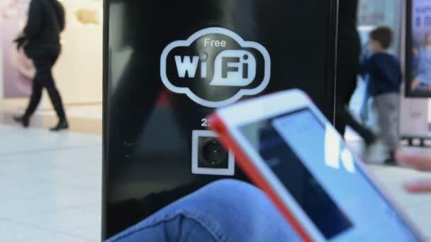 Dívka s tabletovým počítačem v oblasti bezplatné Wi-Fi