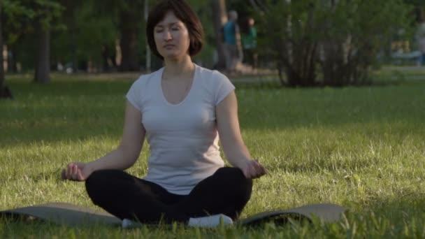 Mädchen in Lotus Pose im freien