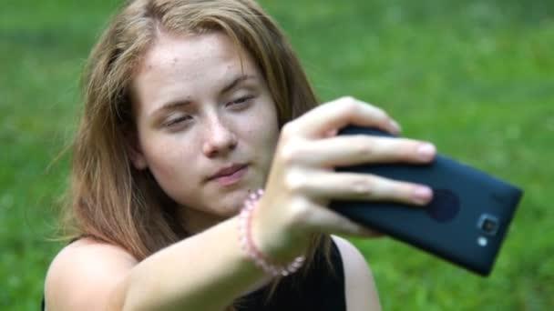 Tini lány, hogy selfie a mobil