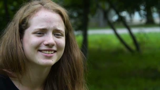 Retro fényképezőgép mosolygós tini lány