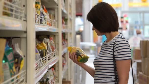 Žena, nákup potravin v obchodu s potravinami