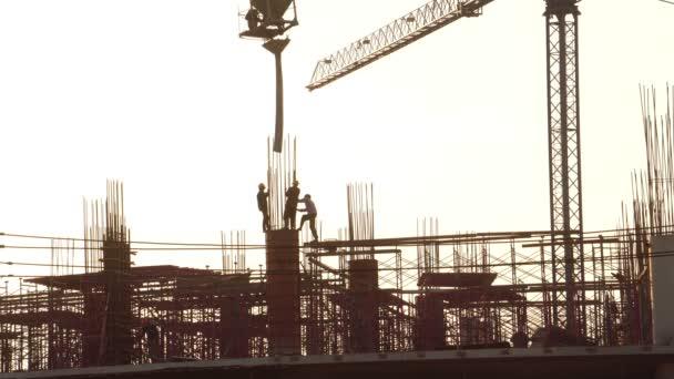 záběry siluet pracovníků při práci na staveništi