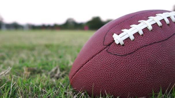 Footage Slow Motion: Amerikai futballista labdarúgó labdával a stadionban