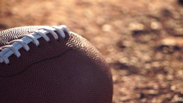 videó: amerikai futball labda a földön